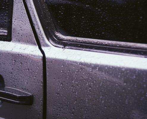 Klejenie czy wymiana szyb samochodowych